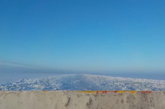 Hailuoto siintää horisontissa lautan keulalta katsottuna.